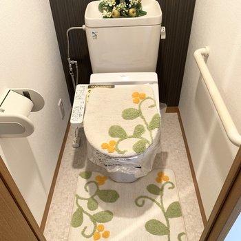 トイレはウォシュレットと棚付き。(※小物は見本です)