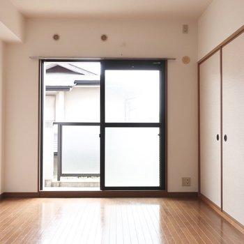 リビングは8帖なので家具は厳選して置きたいところ※写真は2階の反転間取り別部屋のものです