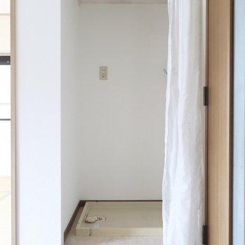 洗濯機置場はリビングの1角にこっそりと。カーテンで目隠ししちゃえば気にならないかな?※写真は2階の反転間取り別部屋のものです