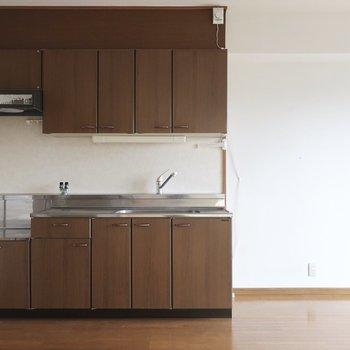 どっしり重厚感あるキッチン。横には両開きの冷蔵庫も置けますね※写真は2階の反転間取り別部屋のものです