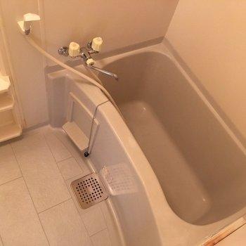 お風呂はゆったり深めのサイズです
