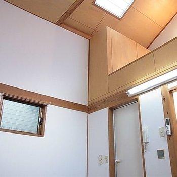 天井が高く開放感があります。※写真は同階の同間取り別部屋のものです