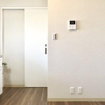 白いトビラがサニタリー。※家具はサンプルです