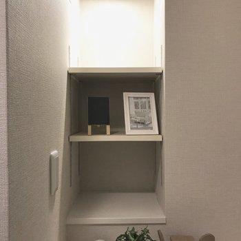 上の棚に一目惚れ。※家具はサンプルです