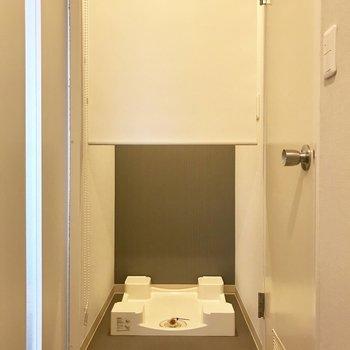 洗濯機置き場は玄関お向かいに。カーテンレール付き!