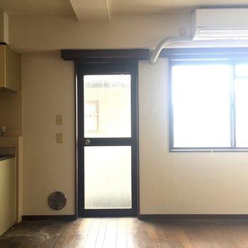 バルコニーへの扉です※写真は2階同間取り別部屋のものです