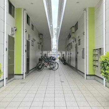駐輪場はありませんが、アパートの共用通路が駐輪スペースとして使われているようです。