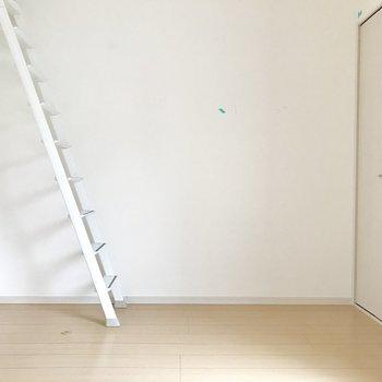 奥の壁寄せで家具を置くのは難しいかな。(※写真は清掃前のものです)