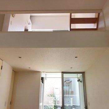 【1階】2階のダイニングがガラス張りでちらっと。