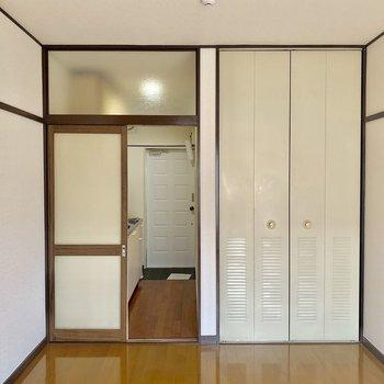 茶色の枠がレトロさを演出※写真は2階同間取り別部屋のものです