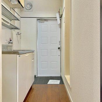 玄関の扉がキュート※写真は2階同間取り別部屋のものです