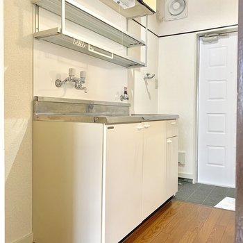 キッチンも収納スペース多め!※写真は2階同間取り別部屋のものです