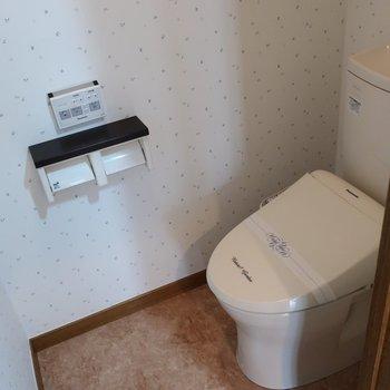 トイレはかわいいリーフ柄♩