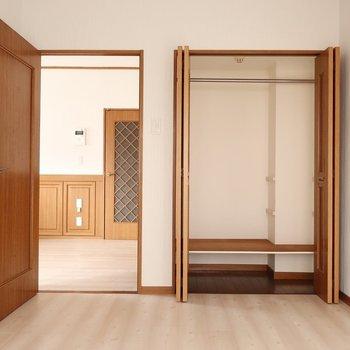 寝室にちょうどいい洋室。クローゼットもしっかりついてます