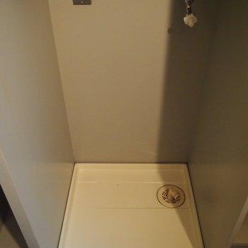 洗濯機置き場は玄関入ってすぐのところに