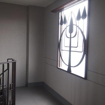 階段の窓の模様がすてき