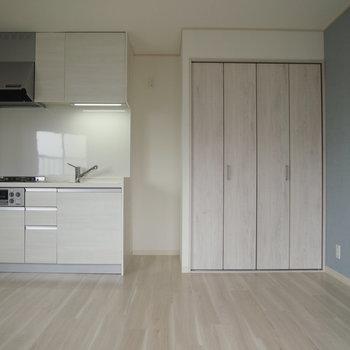 白いキッチンがかわいいですね