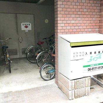 共用部】駐輪場とゴミ捨て場は隣同士。
