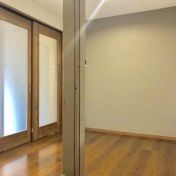 扉を閉めるとこんな感じ。開けたほうが開放的ですね。