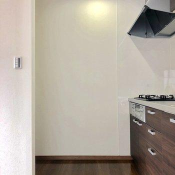 キッチン裏には冷蔵庫置場あります。
