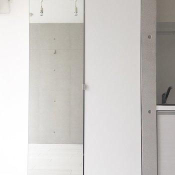 これは鏡?※写真は通電前・2階の同間取り別部屋のものです