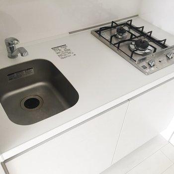 コンパクトながらも、調理スペースはあります。※写真は通電前・2階の同間取り別部屋のものです