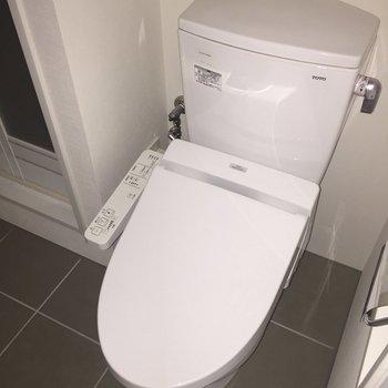 脱衣所手前にトイレ。※写真は通電前・2階の同間取り別部屋のものです