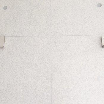 フックが出せる仕様です。※写真は通電前・2階の反転取り別部屋のものです