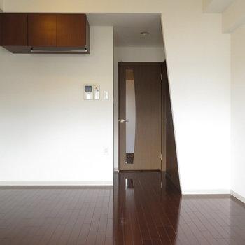 斜めとコンクリが同居中※写真は8階の反転間取り別部屋のものです。