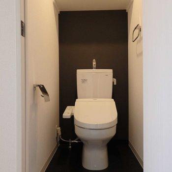 トイレはシック。※写真は4階の同間取り別部屋のものです