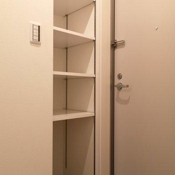 玄関収納もオープン。稼働棚が、便利だな。