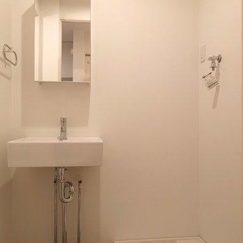 脱衣所に洗面台と、洗濯機置場。