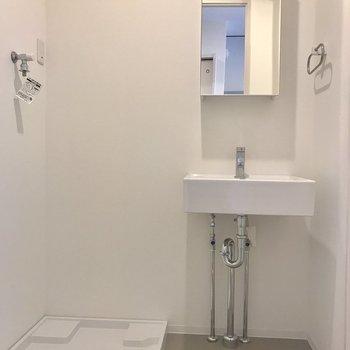 洗面台と洗濯機置き場はお隣同士。※写真は前回募集時のものです