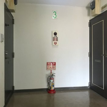 お部屋は左側の扉の先にあります。