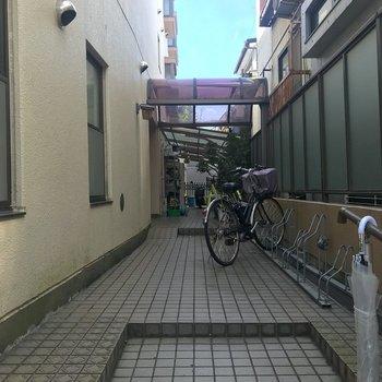 エントランスの前は駐輪場になっていました。