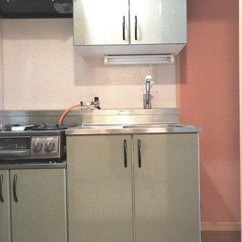 シンク右側には冷蔵庫が置けそう。※写真は4階の同間取り別部屋、清掃前のものです