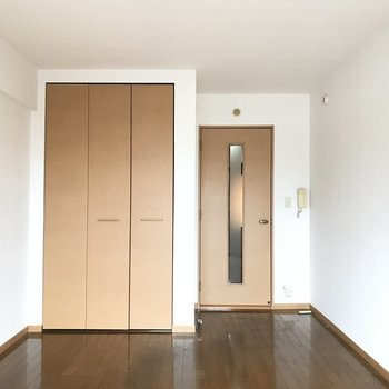 8畳以上の広々洋室。※写真は4階の同間取り別部屋、清掃前のものです