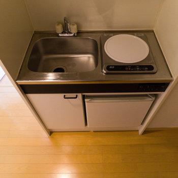 キッチンは最小限。冷蔵庫付きなのが助かりますね。※写真は前回募集時のものです