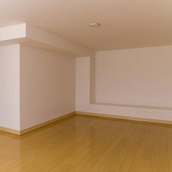 ロフトはかなり広め。天井には照明を取付可能です。出っ張りは飾り棚のように活用できます。※写真は前回募集時のものです