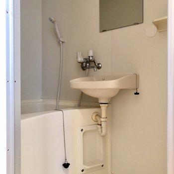 浴室乾燥機付きの2点ユニットです※写真はクリーニング前のものです