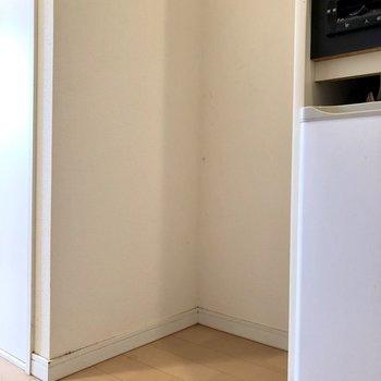 キッチン横に洗濯機置場。つっかえ棒で上部収納ができそうです※写真はクリーニング前のものです