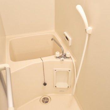 その背後に、コンパクトな浴室。(※写真は清掃前のものです)