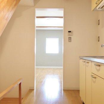まずは2階のキッチンエリアから。想像力が高まる眺め♩(※写真は清掃前のものです)