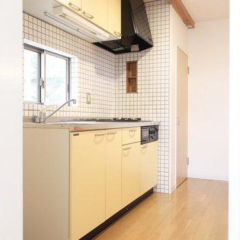 優しい黄色がキュートなキッチン(※写真は清掃前のものです)