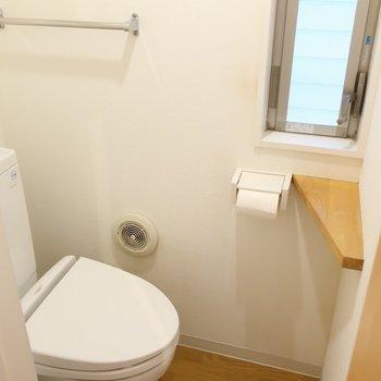 トイレは玄関横に。ナチュラルな雰囲気がかわいらしいな。(※写真は清掃前のものです)