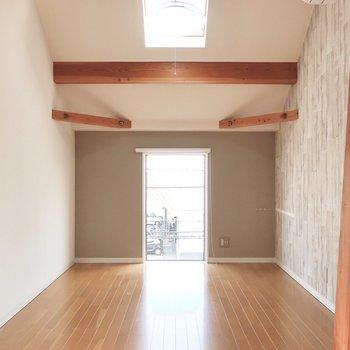 7帖の洋室には板壁風のアクセントクロス。ここはベッドルームとして使ってね。(※写真は清掃前のものです)
