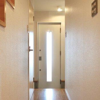 玄関はスリットから明るい光も入ります。(※写真は清掃前のものです)