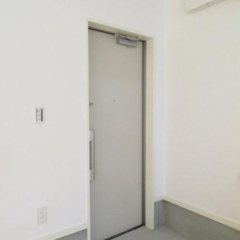 シャッターの横に玄関扉があります