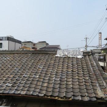 お隣さんの屋根が