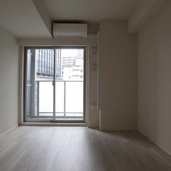 大きな窓から光が差し込みます。